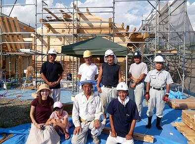 施主様と棟梁、作業員たちと記念撮影。