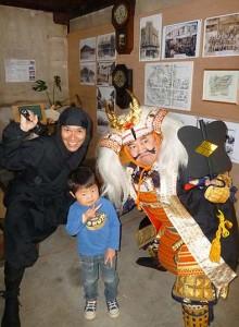 信玄公役の高木さん(右)、忍者役のいしいさん(左)とハイポーズ。