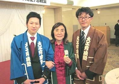 松田妙子塾長(中央)と松永光広さん(左)、当社、指導棟梁の井上修(左)