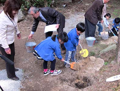 子供たちの手で記念植樹も行われました。