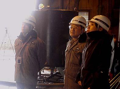 実験を見守る工学院大学、後藤治教授(中)とふるさと建築の田場裕子さん(右)