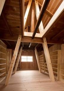 竣工 内観。2階から小屋裏を見上げる。