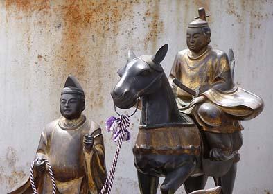 馬に乗る太子と従者の像