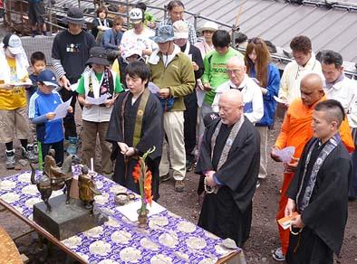 8合目の太子館の西側空地に祭壇を設ける