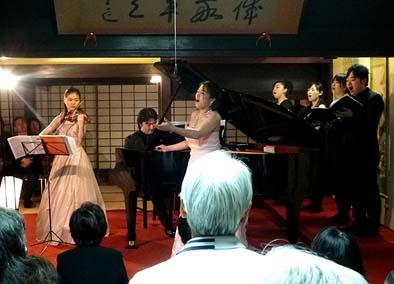 ソプラノ鈴木恵美、ヴァイオリン岸本萌乃加、ピアノ森田義史による「ある晴れた日に」