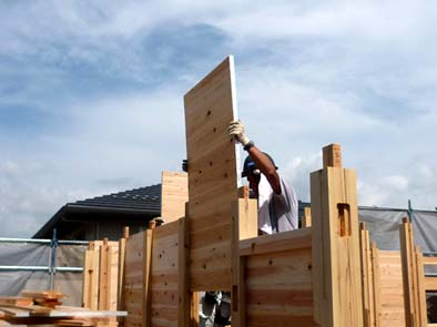 2階ロフトの小パネルは人力で作業。