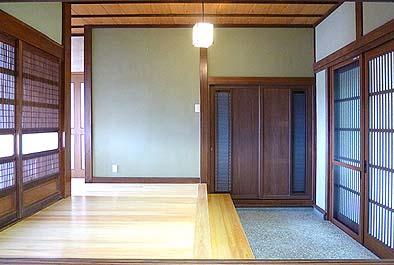 竣工玄関内観。間口1間半、奥行き2軒の端正な印象の玄関となりました。