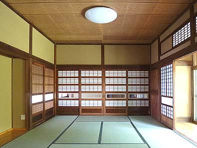 中の間から玄関方向を見る。大阪障子が適所に配されています。