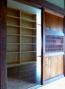 施主様の多くの蔵書を収納するための書棚を新設。
