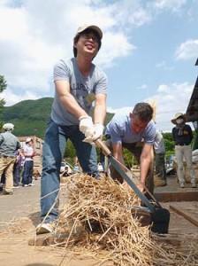 押切という道具で切りながら茅を作ります。