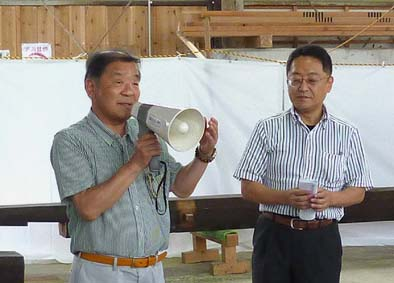 当主の尾形さん(左)、尾形家住宅保存会会長の後藤教授(工学院大学)