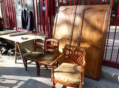 古いドアや椅子。