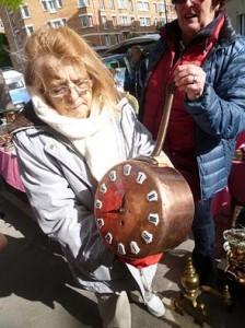 古いフライパンを時計に加工。どこかのレストランに置いたらいいかも。