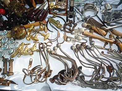 ドアノブ、ハンガー、スイッチ、蝶番などの金物。