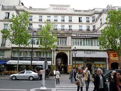 パサージュ「JOUFFROY」は、なんとホテル「RONCERAY」を貫いています。