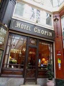 パサージュ内に入口があるホテル「CHOPIN」。