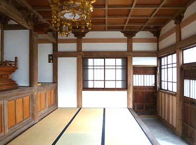 耐震改修された竣工後の薬師堂内観。