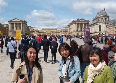 ベルサイユ宮殿は黒山の人だかり。右から妻と娘、田揚さん。