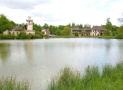池の周りに佇む田舎風の建物。