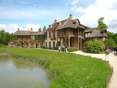 王妃の家。石造の建物に木造の増築を行ったような田舎屋です。