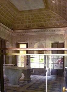 王妃の家は室内への立入り禁止。窓から覗いた部屋はモダンな雰囲気。