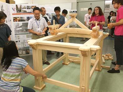 日本工学院大学八王子キャンパスのオープンキャンパスでキットを組み上げる社寺版発案者の後藤先生