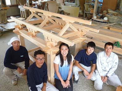 作成スタッフで記念撮影。右から弊社大工の志村、松永、井上棟梁、近山、中央はふるさと建築の田揚裕子さん。