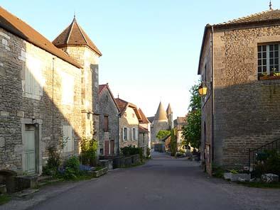 村の街並。中央にヌフ城が見えます。