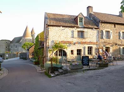 レストラン前の広場に車を止めて村を散策。