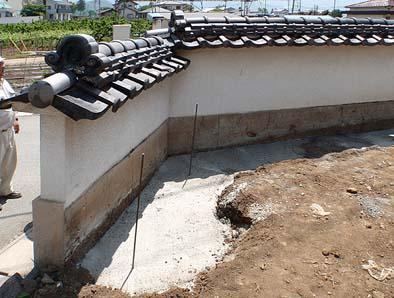 塀の裏側に打ち込んだ補強用コンクリート。