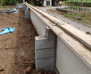 既存BC塀と補強の袖壁とは鉄筋によって緊結。
