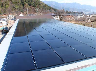 作業場屋根に完成したソーラーパネル。