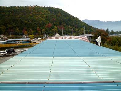 着工前の作業場屋根。パネル設置前に塗装を塗り替えま