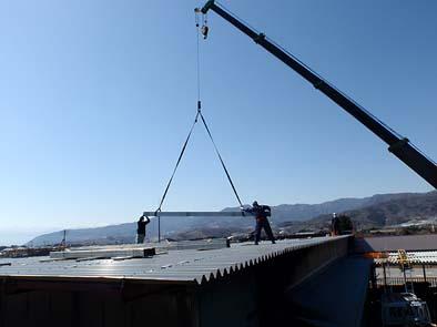 クレーンでパネルを吊り上げ設置していきます。