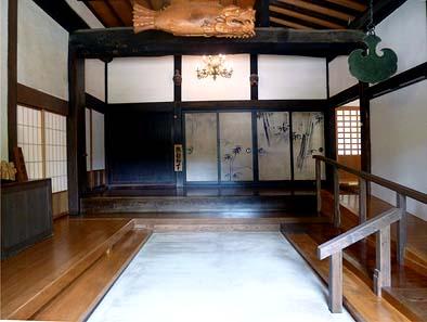 竣工玄関内観。正面襖の絵は本山の妙心寺にある文化財の複製襖絵です。