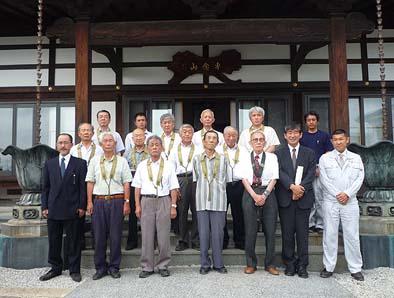 竣工式にて記念撮影。前列左から中澤先生、三人目に小田切吉弘建設委員長、5人目に石川一男代表総代。
