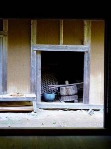 主屋から見る納屋。