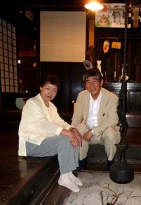 古くからの友人である当主の村上和子さんと囲炉裏を囲んで。