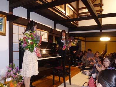 花束を受け取る、カウンターテナー歌手の本岩孝之さんとピアニストの田中美幸さん。