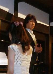 素晴らしい歌声を披露する岩本さん。