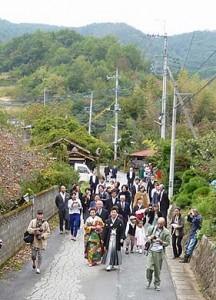 色打ち掛け姿でご自宅を出発して、地元の方々に祝福されながら神社まで。