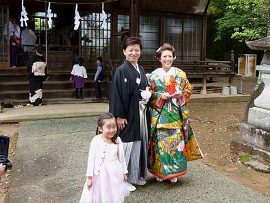 こぼれる笑顔がまぶしいお二人。式が行われる神社にて。