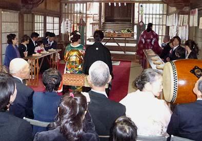 厳かに行われた玉諸神社での神前結婚式。
