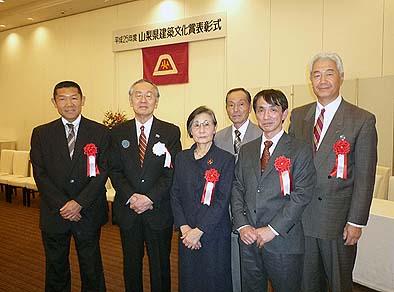 山梨県知事を囲んで関係者で記念撮影。一番左が当社の細川常務。