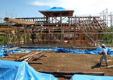 上棟時の現場の様子。新しい木材の間に骨太の黒い木材が見えます。