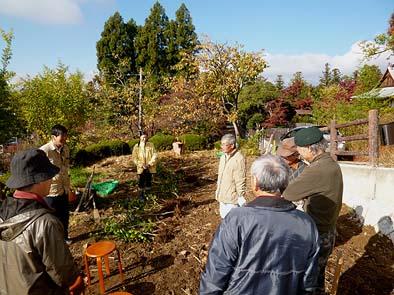 裏山の畑に集合。作業の前に中村会長からご挨拶がありました。