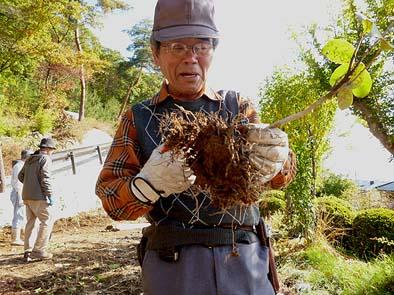 """石積みの世界で""""現代の名工""""の称号を持つ小林先生。植樹の世界でも権威で、「山梨森と水の会」の良き指導者です。"""