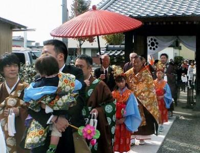 平成25年11月3日(日)盛大に落慶法要が行われました。稚児に囲まれてご住職様が入場