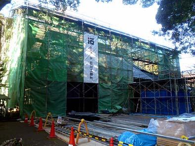工事中の本堂を風雨から守る仮設屋根工事が完了