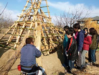 茅葺きの準備が整った竪穴住居の骨組み